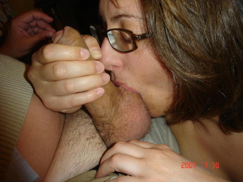 Мамочка берет в рот хуй супруга сидящего в кресле