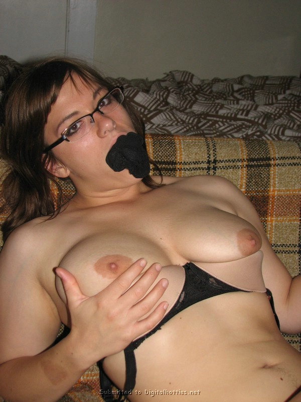 Неудержимая мамка вставила бикини в рот во время развлечений
