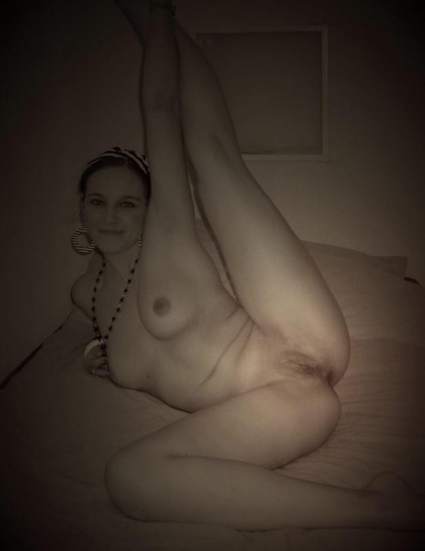 Юная модель позволила соседу кончить на ее пилотку секс фото