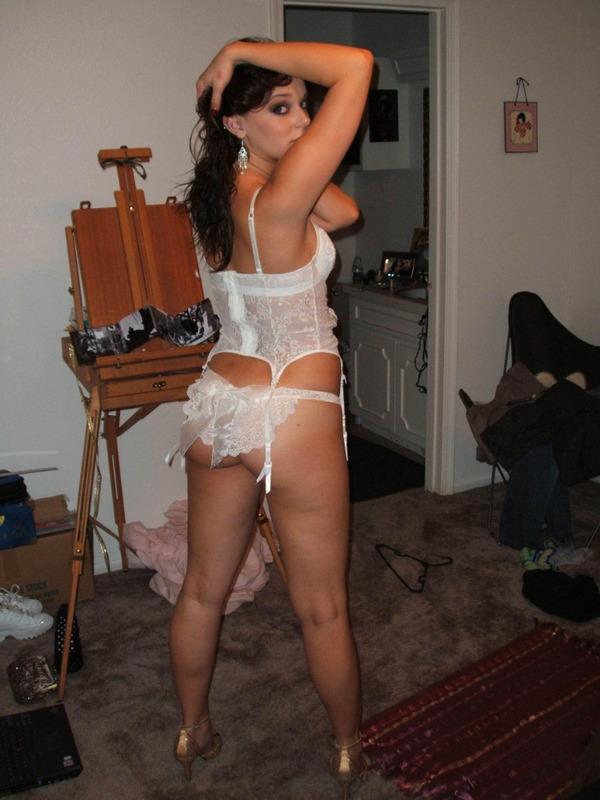 Пошлая леди полирует губками вставшый хер присев на корточки