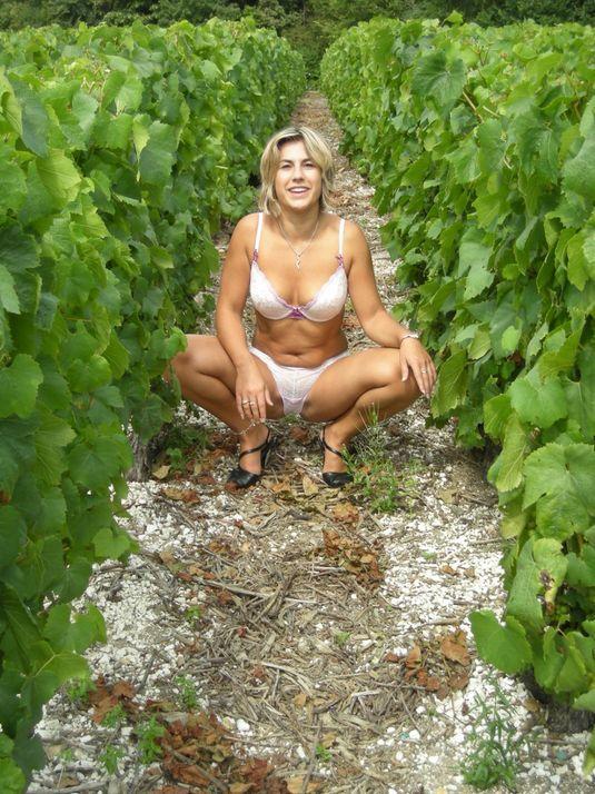 Дачница оголилась до белья на винограднике