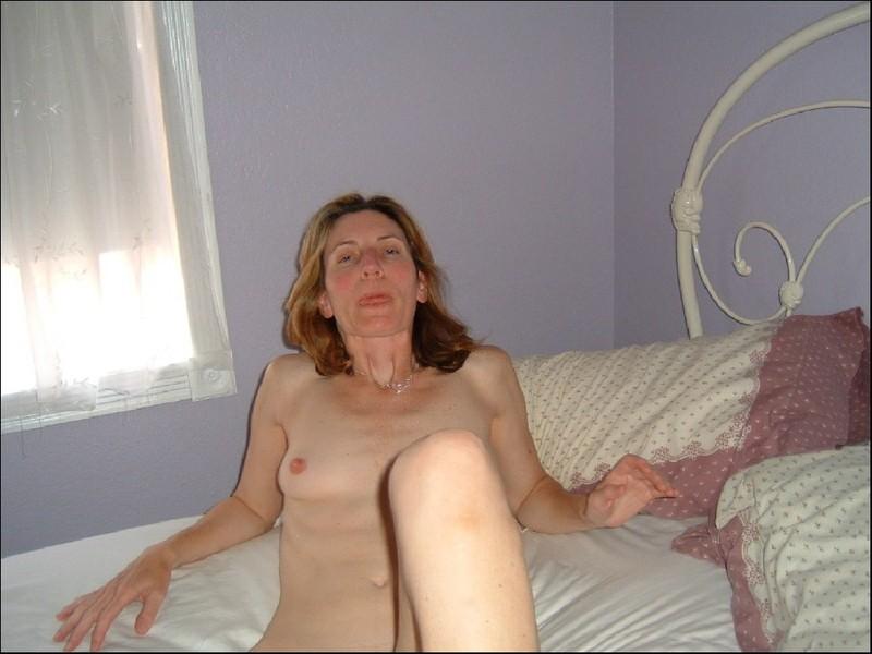 Возбужденная бестия снимается в кровати пере тем как отсосать