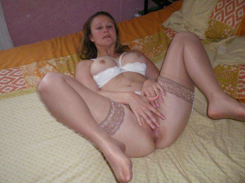 Фифа дрочит лежа в спальне