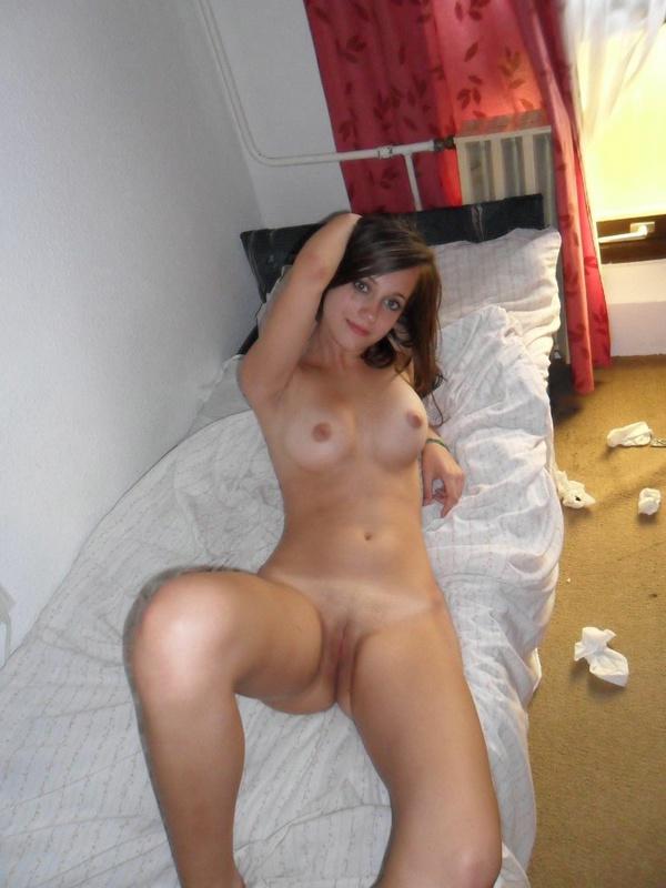 Голенькая молодуха лежит на кроватке