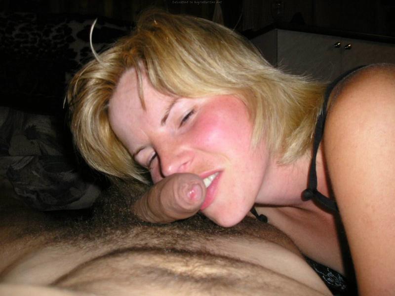 Тридцатилетняя давалка после работы светит волосатой вагиной
