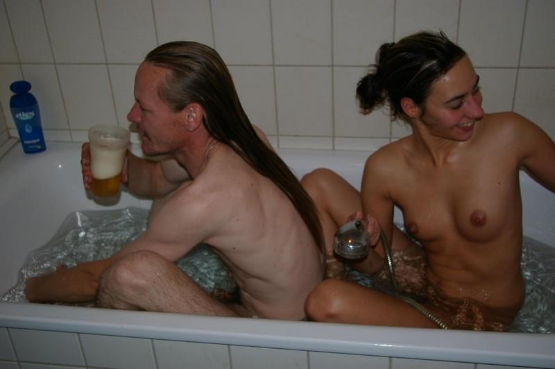 Обнаженная Аллисон шалит под струями воды с ванной трубкой