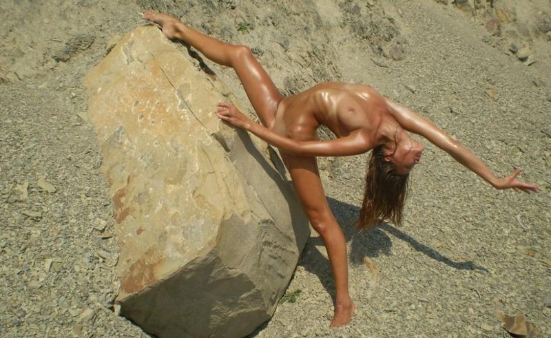 Надя светит растяжкой на камнях
