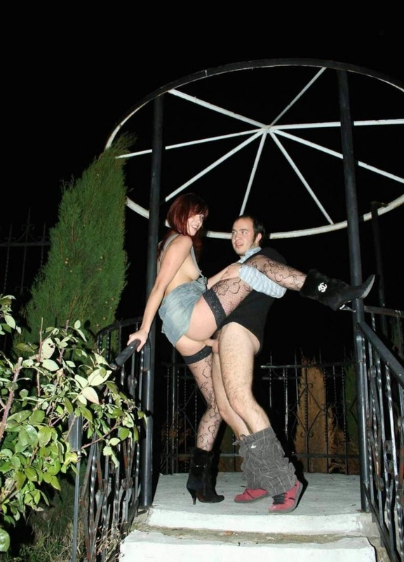 Рыжая сучка отдалась парню на улице