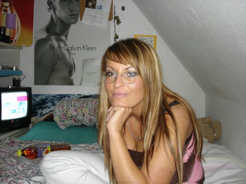 Девка в возрасте умело работает ртом со стоячим болтом секс фото