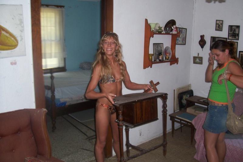 Блондинка сосет член писюна после отдыха на берегу моря смотреть эротику
