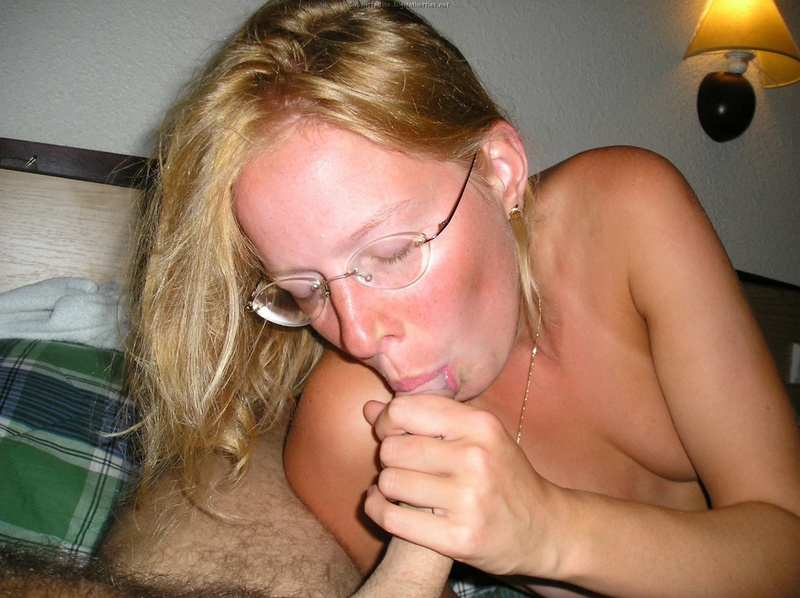 Чика старается довести типа до оргазма своим ротиком