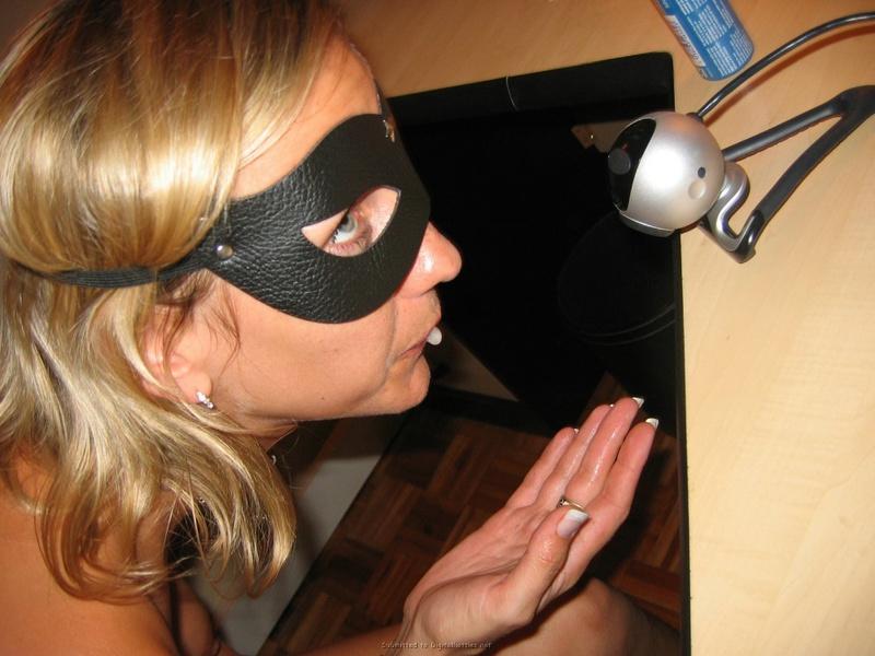 Сучка намерена снять маску сидя в кресле