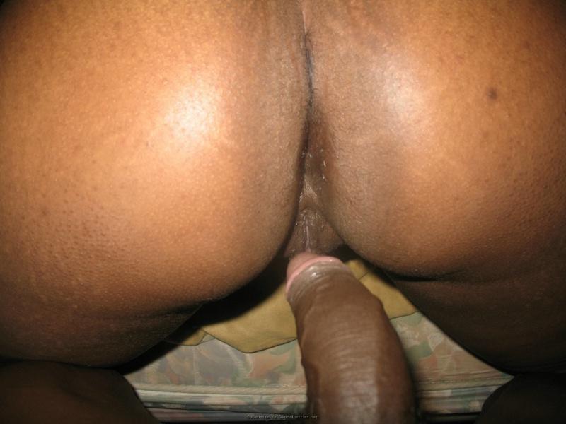 Негритянка полирует крупный хер своего супруга стоя на коленях