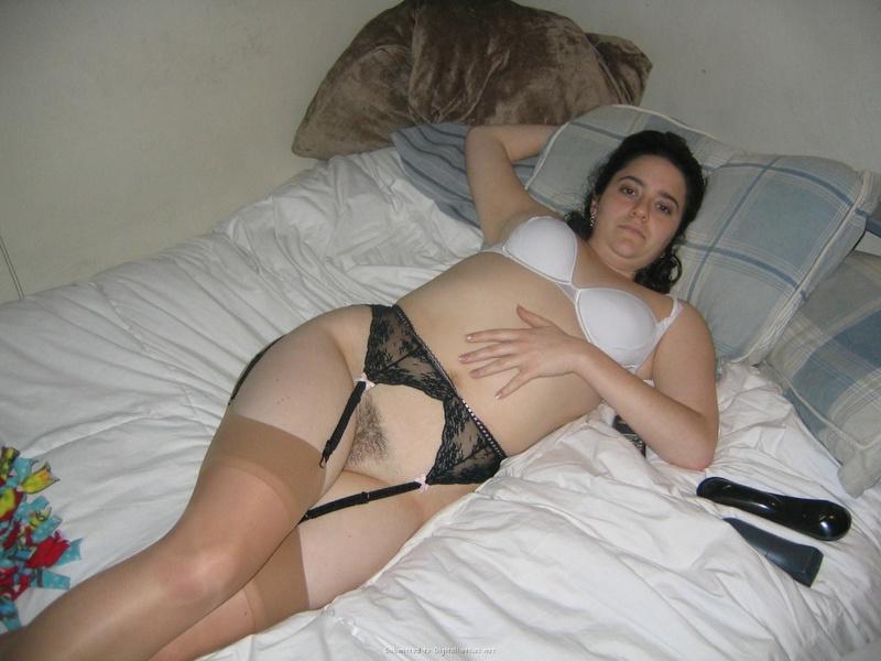В спальне черноволосая мамка делает минет мужу