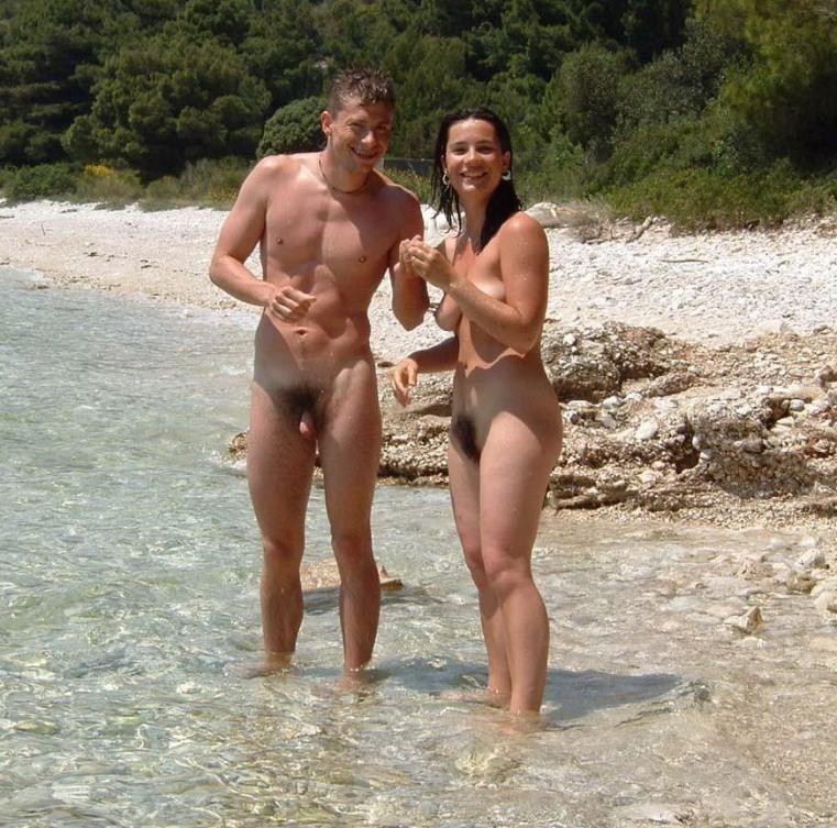 Семейные пары проводят время на пляже без купальников