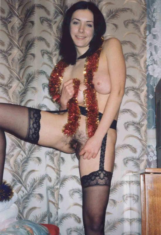 В новогоднюю ночь брюнетка показала волосатую письку
