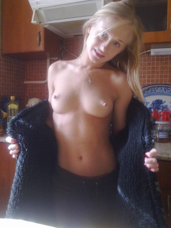 Ухоженная блондиночка в студии и в своей квартире запросто демонстрирует прекрасное туловище
