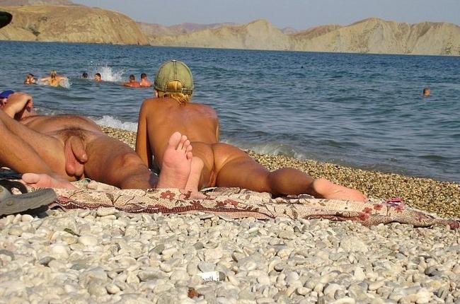 Нудистские пары отдыхают на пляже
