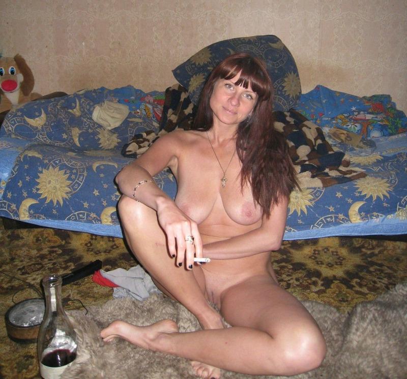 Сисястая мамка курит в постели