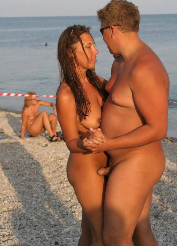 Красивые нудисты проводят время на соответствующих пляжах