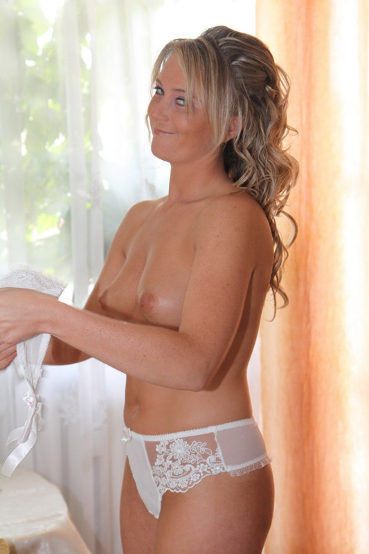 Похотливая проститутка снимает трусики сразу после свадьбы