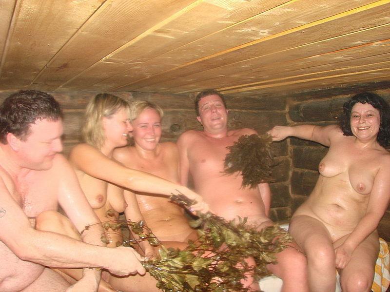 Мужики сидят в сауне с голыми зрелками
