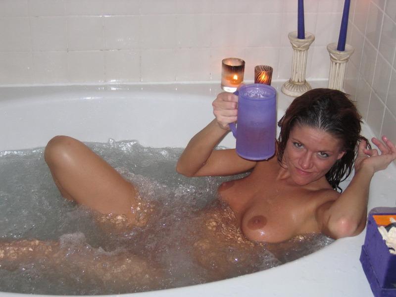 38 Летняя мамаша светит обнаженными грудями у себя в квартире
