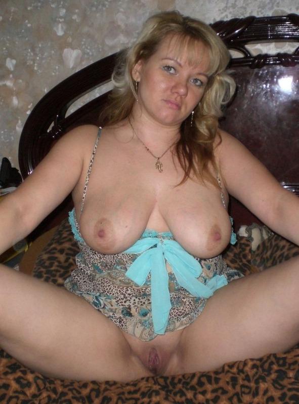 Пышка Наташа разлеглась на постели в одном белье