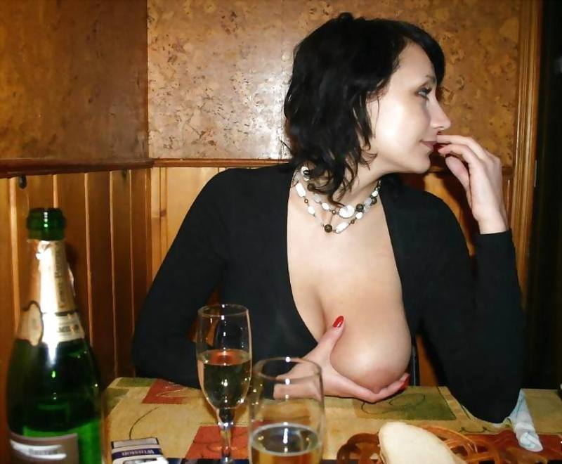 Развратные шалавы демонстрируют крупные груди на камеру
