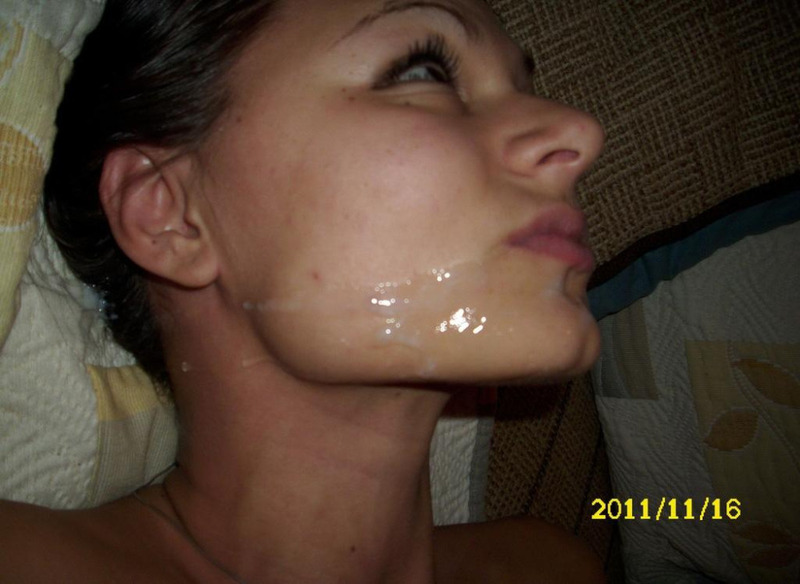Девушка жадно сосет член ради свежей спермы
