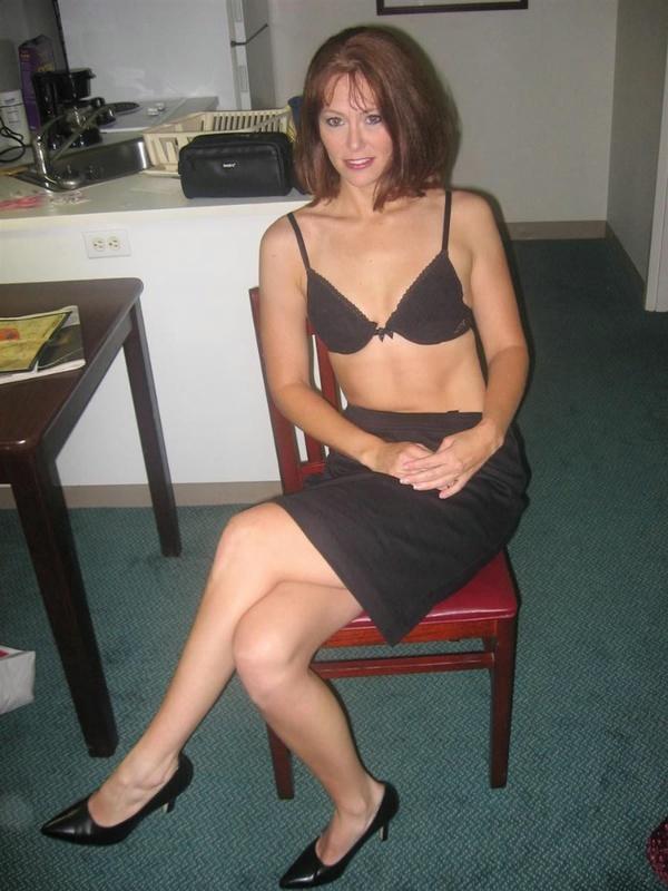 Шикарная мамка раздвинув ноги выставляет напоказ выбритую киску секс фото