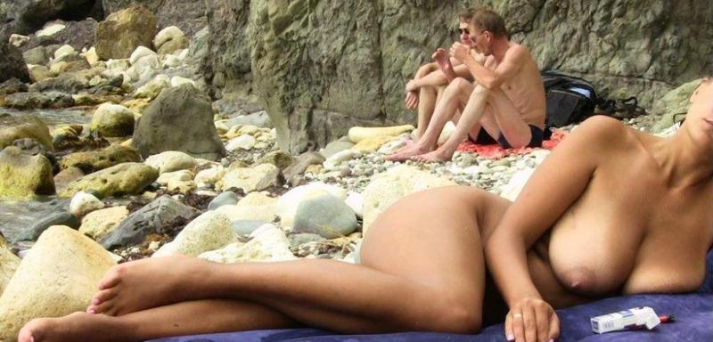 Тёмненькая даже на пляже может показать отличную задницу