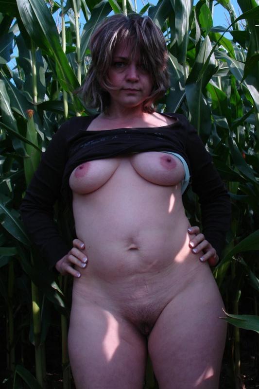Взрослая пошлячка оголилась на фоне зарослей кукурузы