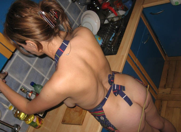 Муж бьет розгой по попке домохозяйку на кухне