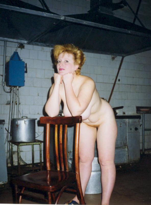 Горячие дамочки любят раздеваться дома и на работе