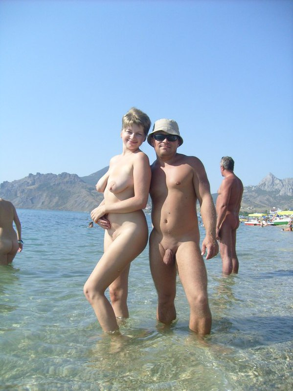 Зрелая телка сексуально позирует на нудистском пляже