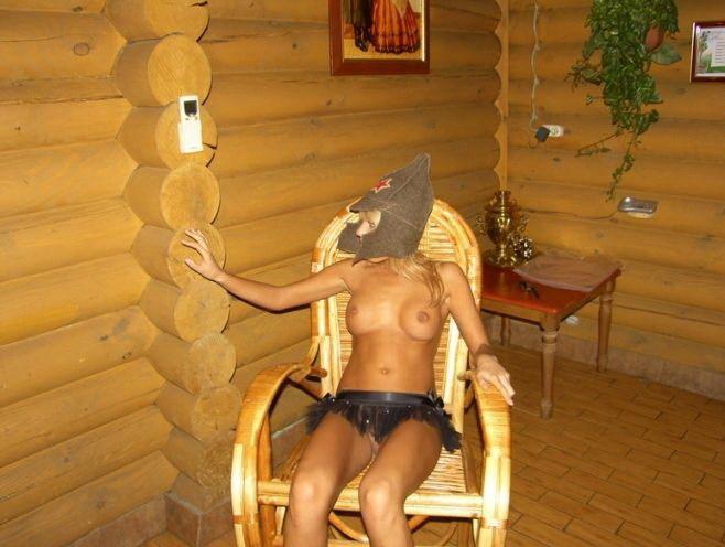 23 Летняя телка щеголянет по сауне почти раздетая