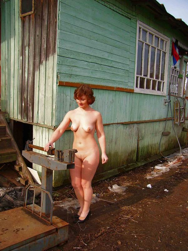 Деревенская зрелка вышла за двор без одежды