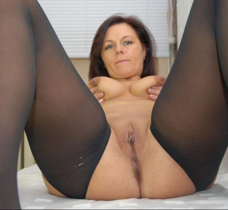 Без трусов женщина садиться на пол и расставляет ноги