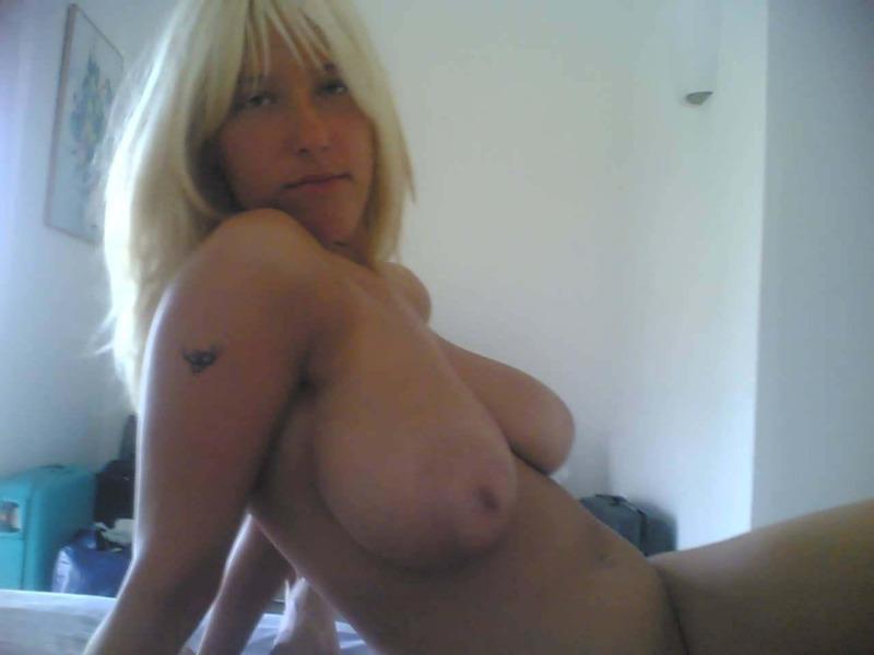 Грудастая блондинка лежа на спине светит растраханной мандой