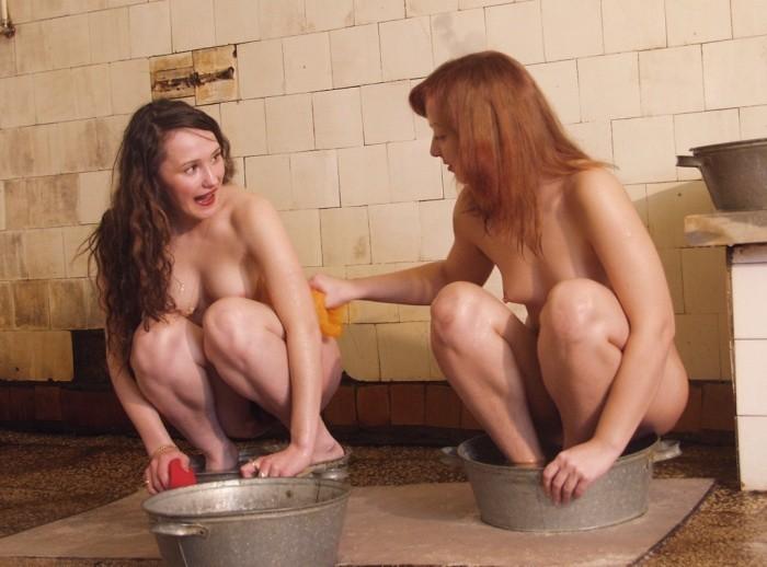 Голые лесбиянки моются в общественной бане