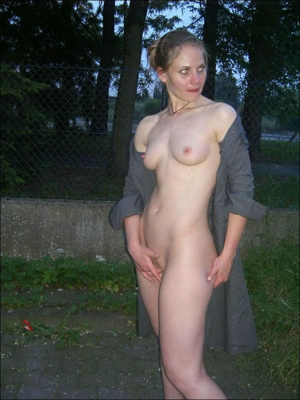 Стоя раком голая зазноба показывает писечку