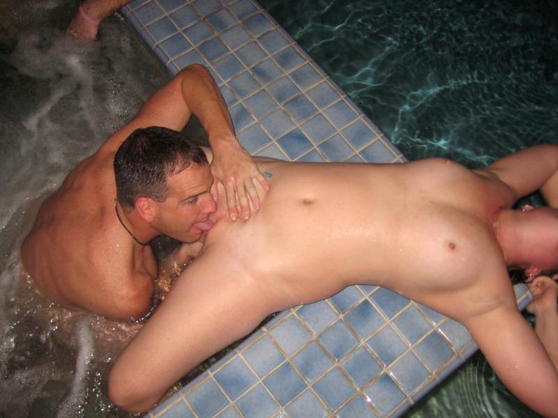 Похотливый красавец ебет избранницу в рот в бане