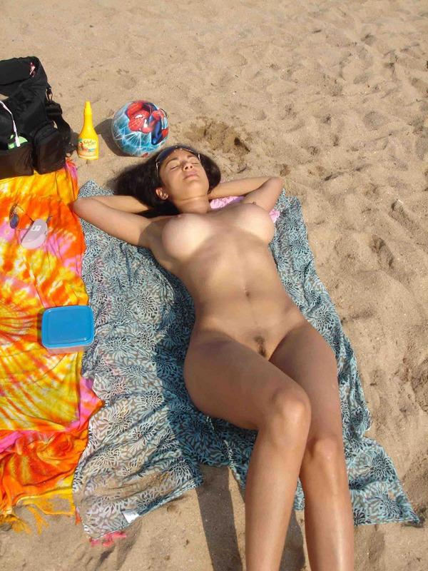 Титястая шатенка светит вонючий бюст на курорте