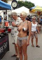 Бабенки светят сиськами на фестивале 4 фотография