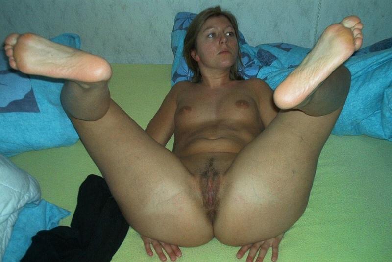 Пикантная домохозяйка показывает своей позой, что готова трахаться