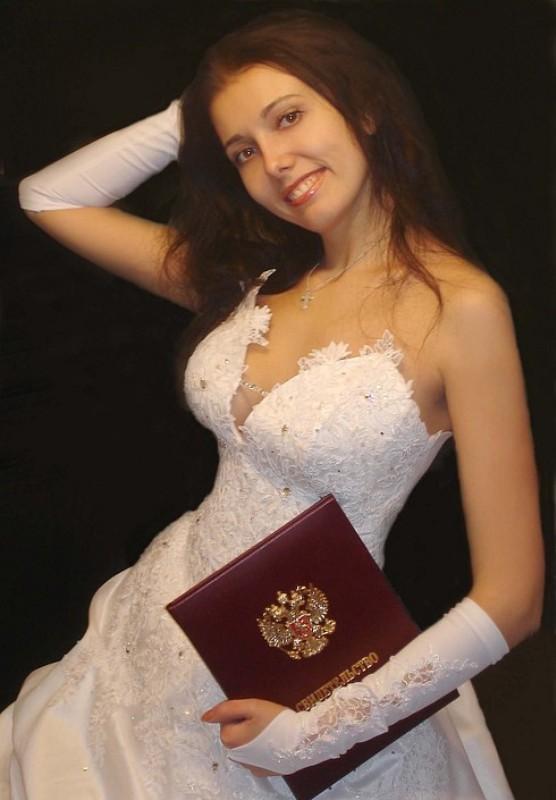 Брюнетка показала письку сразу после свадьбы