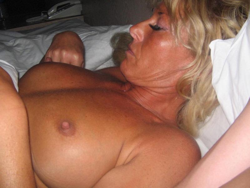 Взрослая блондинка надрачивает хер прежде чем впустить его в письку секс фото