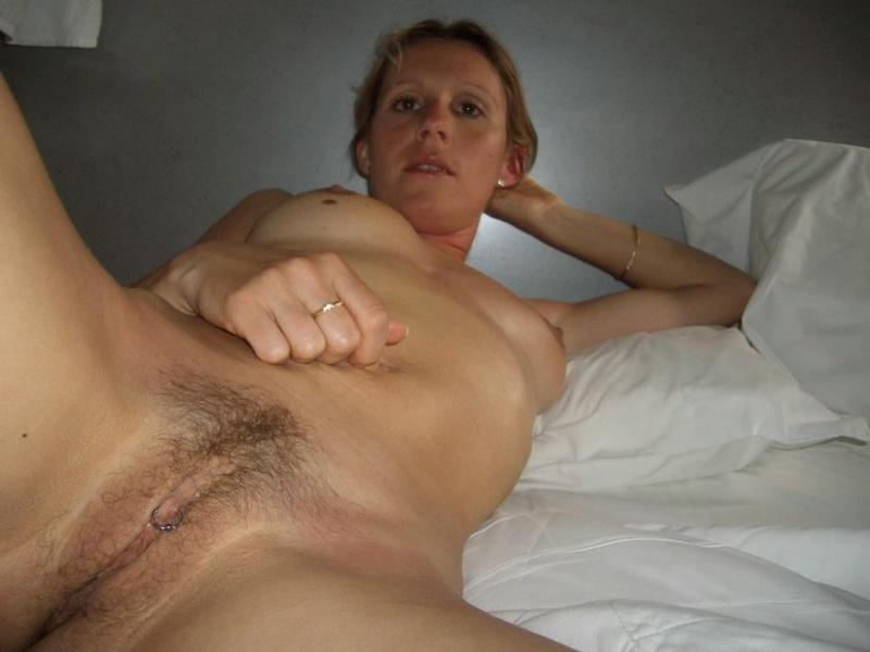 Тетка блистает пирсингом на своем клиторе