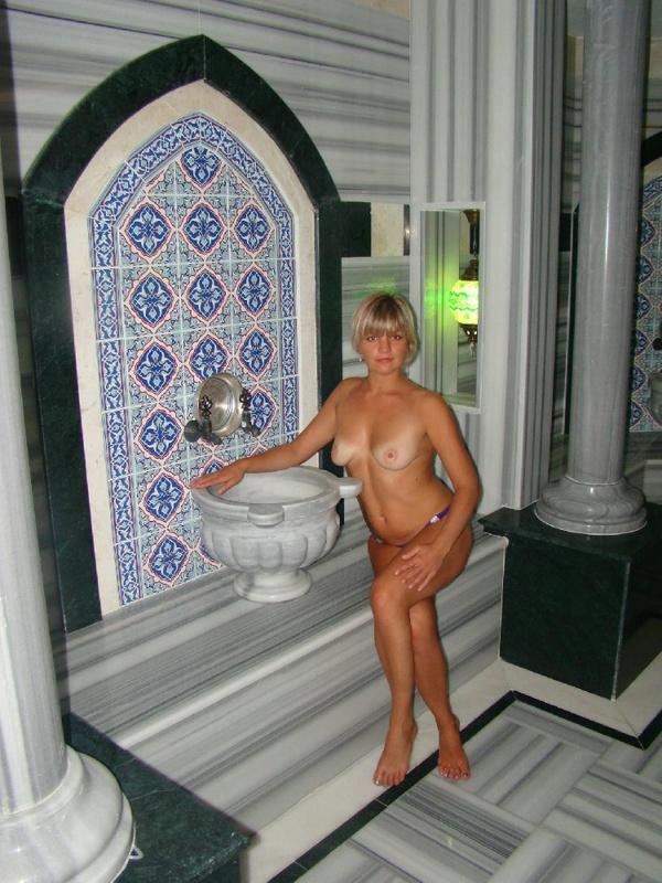 Татуированная сестра балуется в Турции